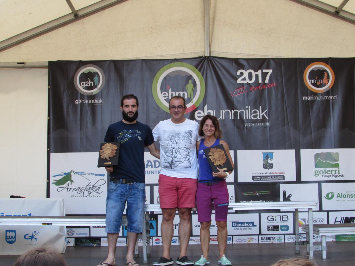 Goierriko Hitzako Iñaki Gurrutxaga zuzendariak Ehunmilak ultra traileko lehenengo goierritarren saria eman diete Jon Aizpururi eta Elena Calvillo.