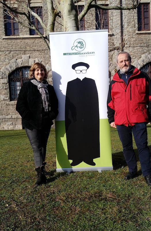 Maria Jose Iriarte eta Alvaro Arrizabalaga arkeologoek, Barandiaran Beka jaso dute gaur./Barandiaran Fundazioa