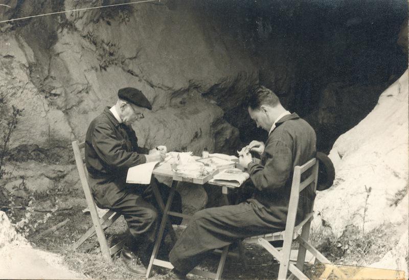 Barandiaran eta Altuna, Lezetxikiren atarian lanean, 1963an./Aranzadi