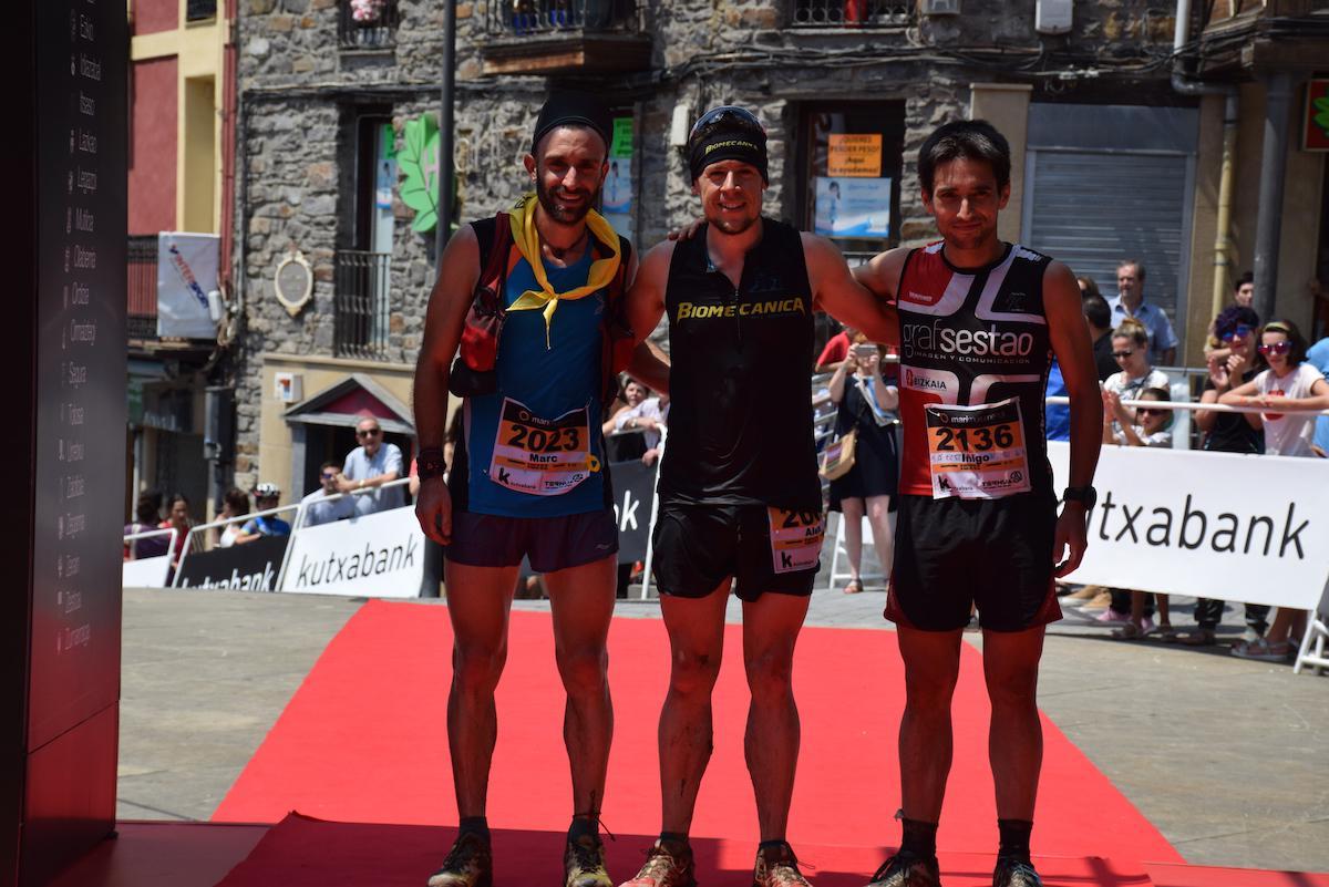 Marc Costa (3.a), Aleix Bautista garailea eta Iñigo Artzamendi (2.a), helmugan./Aimar Maiz