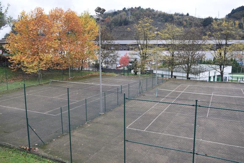 Ihurreko kirol eremua. Hiru tenis pista eta futbitoko kantxa bat ditu. Etorkizunean, bi pista estaltzeko proiektua dago./Aimar Maiz